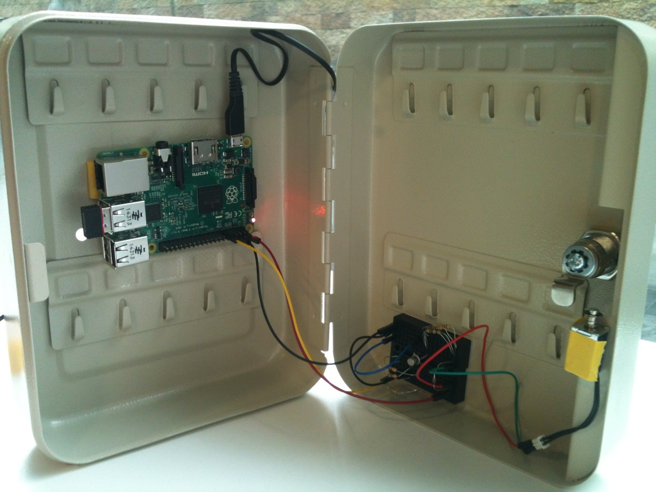 Two factor authentication safe deposit box - Raspberry Pi